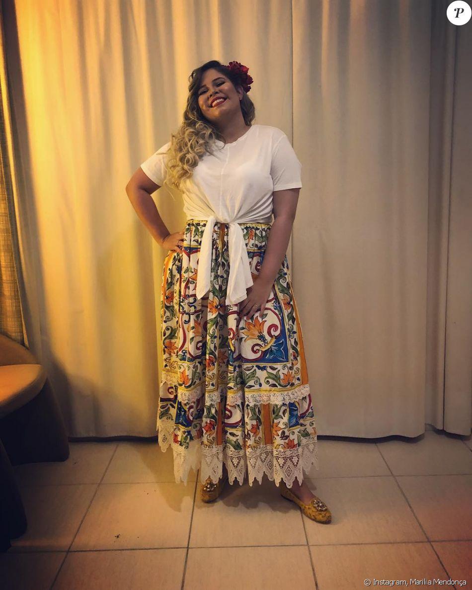 Marília Mendonça usa saia Dolce & Gabbana: 'Achei que tinha muito a cara da Bahia. Como não queria passar o Ano Novo só com uma cor, resolvi colocar tudo de uma vez, vou de arco-íris mesmo'