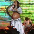 Ivete Sangalo escolheu look brilhoso composto por cropped e saia fendada para seu  show no Réveillon de Salvador, o último antes do nascimento das filhas gêmeas