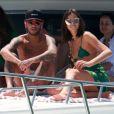 Bruna Marquezine trocou de biquíni durante passeio de lancha com Neymar e amigos em Fernando de Noronha