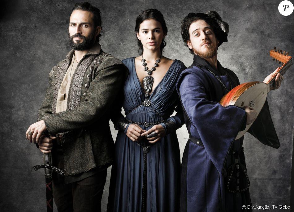 'A gente disfarça com um colar  ', diz Bruna Marquezine sobre figurino decotado de Catarina na novela 'Deus Salve o Rei'