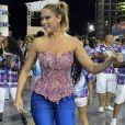 Ellen Rocche, rainha de bateria da Rosas de Ouro, caiu no samba em ensaio técnico no sambódromo de São Paulo, neste sábado, 6 de janeiro de 2018