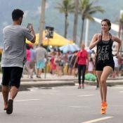 Sophia Abrahão corre no calçadão e Sérgio Malheiros fotografa: 'Domingo com ele'