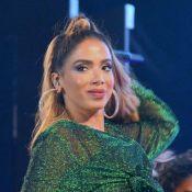 Loira, Anitta dança com fã durante show em festival de verão na Paraíba. Vídeo!