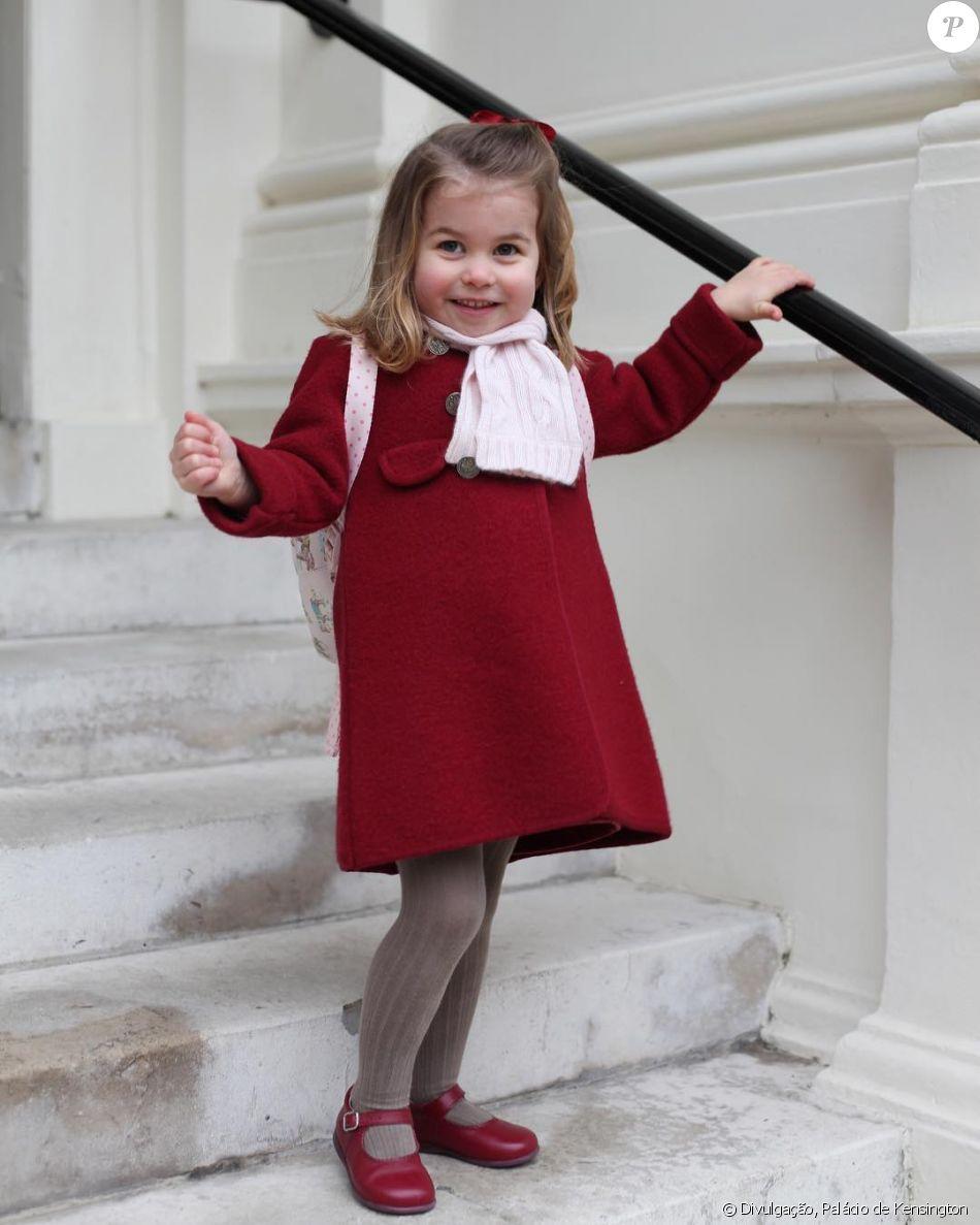 Princesa Charlotte deu show de estilo e esbanjou fofura no seu primeiro dia de aula na Willcocks Nursery School, nesta segunda-feira, 8 de janeiro de 2018