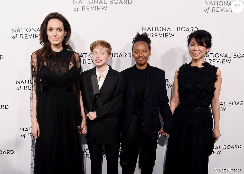 Angelina Jolie posou com as filhas Shiloh, de 11 anos, e Zahara, de 13, e a ativista de direitos humanos Loung Ung no National Board Of Review Awards, na terça-feira, 9 de janeiro de 2018