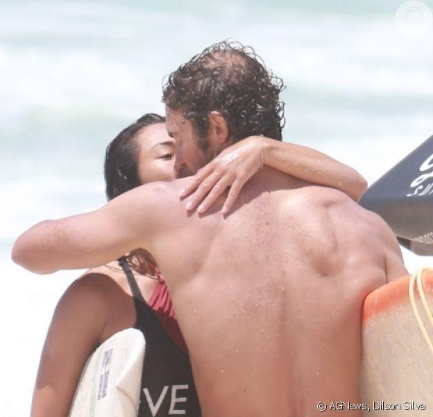 Dani Suzuki e o namorado, Fernando Roncato, trocaram beijos após surfarem juntos, nesta quarta-feira, 10 de janeiro de 2018