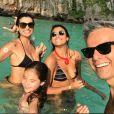Flávia Alessandra e Otaviano Costa posaram com a filhas em praia tailandesa