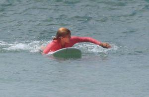 Isabella Santoni cai da prancha em dia de surfe em praia do Rio. Veja fotos!