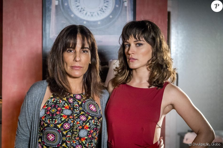 Duda (Gloria Pires) assumiu a culpa de um assassinato para livrar Clara (Bianca Bin) da acusação