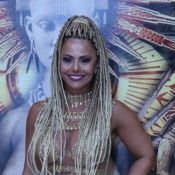 De trança nagô, Viviane Araujo toca tamborim e canta em ensaio do Salgueiro