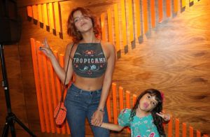 Isabella Santoni deixa barriga à mostra em dia de cinema com a irmã, Nina. Fotos
