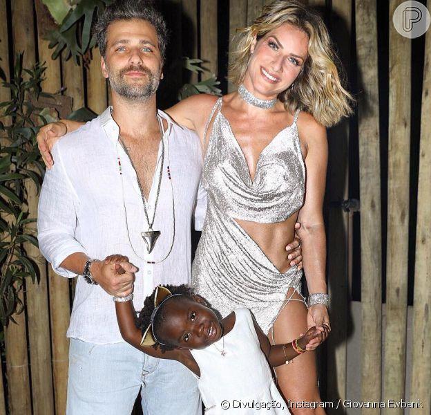 Bruno Gagliasso toma 'tiro' de Jojo Todynho com Giovanna Ewbank e a filha, Títi, em 14 de janeiro de 2018
