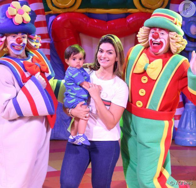 Filho caçula de Kelly Key, Artur, de 11 meses, esbanjou fofura ao curtir o show de Patati Patatá, neste domingo, 15 de janeiro de 2018