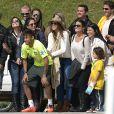 Bruna Marquezine posou para fotos ao lado de Neymar com fãs