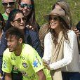 Neymar posou para fotos com a namorada, Bruna Marquezine, amigos, parentes e fãs