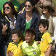 Bruna Marquezine ficou perto de Neymar durante fotos na Granja Comary, após o treino da Seleção neste domingo, 1º de junho de 2014