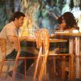 Caio Paduan e Mayana Neiva, atores de 'O Outro Lado do Paraíso', são flagrados em clima de romance em restaurante no Rio de Janeiro, na noite desta quarta-feira, 16 de janeiro de 2018