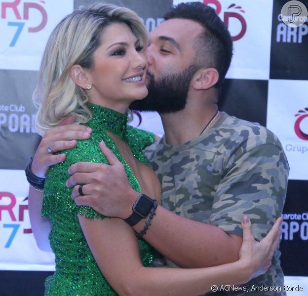 Antonia Fontenelle recebeu carinho do ex-marido Jonathan Costa ao ser apresentada como musa do camarote Arpoador, na terça-feira, 16 de janeiro de 2018
