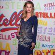 A atriz Rebecca Romijn também apostou em um modelo com o mesmo desenho de bordado para o lançamento da coleção outono 2018 da grife Stella McCartney em Los Angeles, na Califórnia, nesta terça-feira, 16 de janeiro de 2017