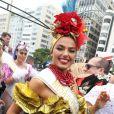 Vestida de Carmen Miranda, Isis Valverde usou um adereço de cabeça vermelho no Bloco da Favorita, no Rio de Janeiro, em 2017