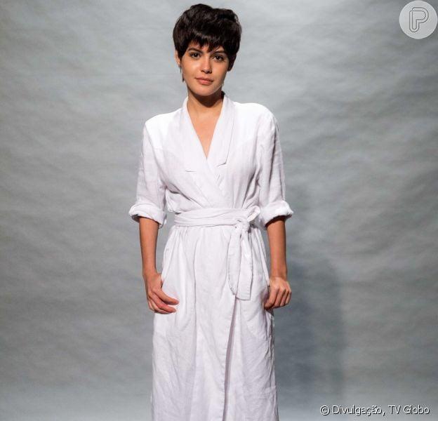 Julia Dalavia muda estilo de roupas para combinar com corte de cabelo curto