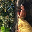 Isis Valverde tem apostado em looks coloridos na viagem ao Havaí