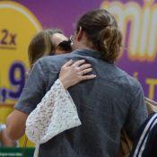 Leticia Spiller e namorado, Pablo Vares, se despedem em aeroporto com beijos
