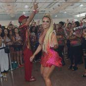 Viviane Araújo, loira e com tranças nagô, se reúne com musas do Carnaval em SP
