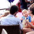 Regiane Alves se divertiu com os filhos, João Gabriel, de 3 anos, e Antonio, de 2