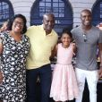 Rafael Zulu posou com os pais, Regina e Antonino, no aniversário da filha, Luiza, de 11 anos