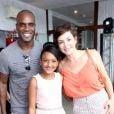 Rafael Zulu e Regiane Alves posaram com a filha do ator, Luiza, em seu aniversário de 11 anos