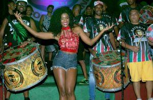Carnaval 2018: Erika Januza se diverte com a bateria da Grande Rio em ensaio