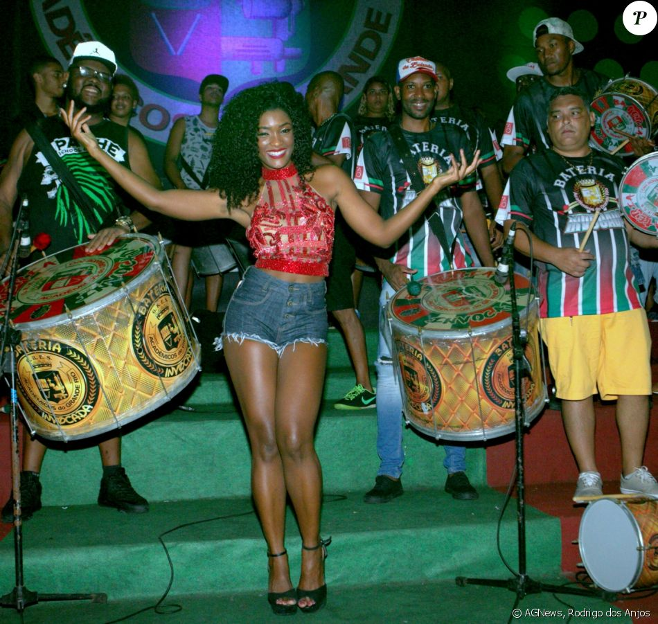 A atriz Erika Januza vai ao ensaio da escola de samba Grande Rio no sábado (20) e encontra colegas.