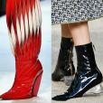 3) Botas de vinil: brilhosas, estilosas e modernas, as botas apareceram nos modelos over the knee, com recortes e com salto de acrílico nos desfiles das grifes Giambattista Valli, Jean-Paul Gaultier e Chanel, respectivamente