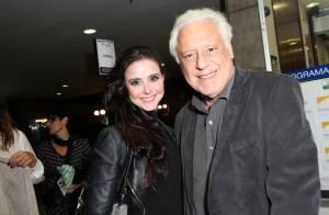 Antonio Fagundes vai à peça de teatro com a namorada, Alexandra Martins, no RJ