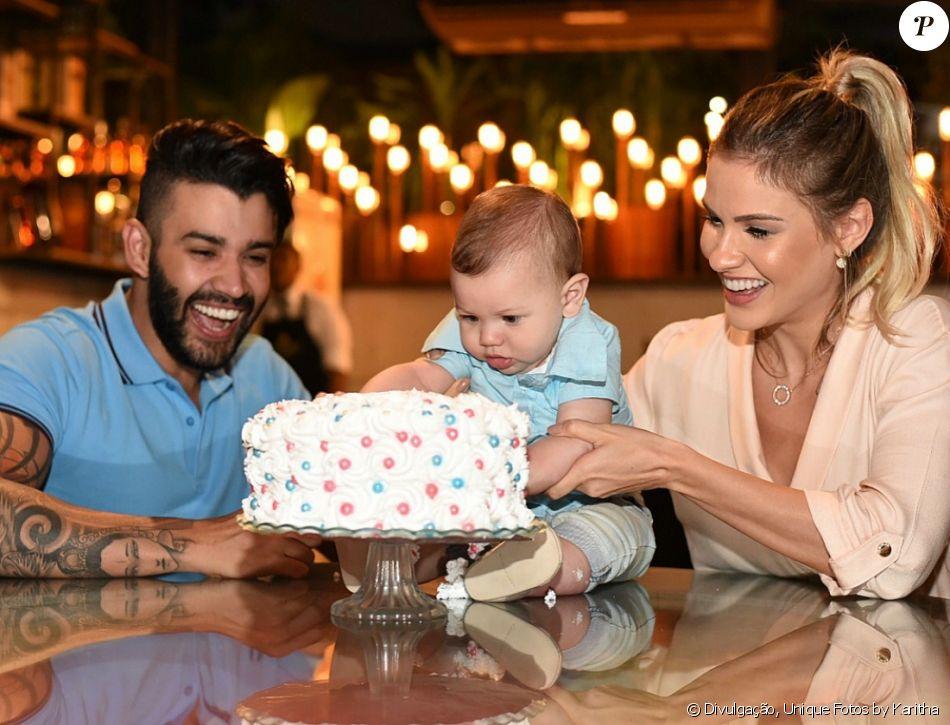 Andressa Suita contou sexo do 2º filho para Gusttavo Lima com bolo, como mostrou em fotos publicadas nesta quinta-feira, dia 25 de janeiro de 2018