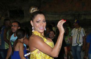 Que calor! Marisa Orth recorre a leque em ensaio de carnaval da Unidos da Tijuca