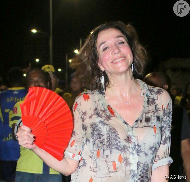 Marisa Orth usou leque para matar o calor durante ensaio da Unidos da Tijuca, na noite desta quinta-feira, 25 de janeiro de 2018