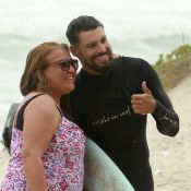 Cauã Reymond, solteiro, faz sucesso com fãs em dia de surfe no Rio. Fotos!