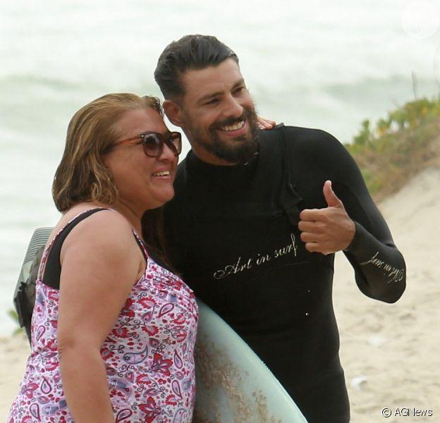 Cauã Reymond, solteiro, faz sucesso com fãs em dia de surfe no Rio de Janeiro nesta segunda-feira, dia 29 de janeiro de 2018