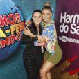 Carla Perez tieta cantora Maraisa nos bastidores do festival em Salvador, nesta segunda-feira, 29 de janeiro de 2018