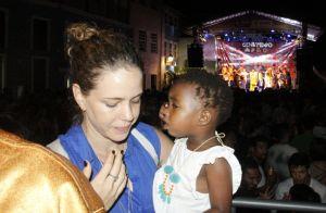 Leandra Leal leva a filha, Julia, a ensaio de bloco de carnaval na Bahia. Fotos!