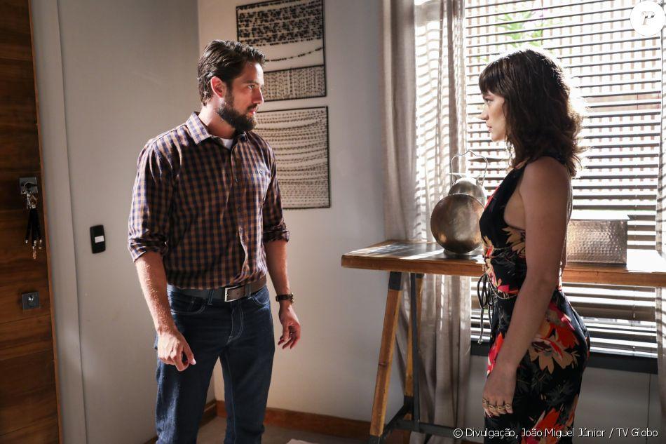 Renato (Rafael Cardoso) descobre que Clara (Bianca Bin) é acusada por sua ex-patroa de ter furtado quadros milionários de sua casa, na novela 'O Outro Lado do Paraíso'