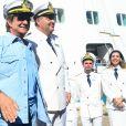 Roberto Carlos posa ao embarcar no navio Costa Favolosa, onde acontece seu cruzeiro