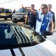 Roberto Carlos acena para fãs ao sair de sua Lamborghini branca