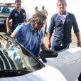 Roberto Carlos deixa o carro acompanhado por sua equipe