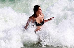 Mariana Goldfarb dá mergulho de top e short em praia do Rio. Veja fotos!