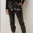 A calça de verniz exibida por Carol Trentini custa R$ 599,90