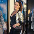 Giovanna Antonelli combinou jaqueta dourada com botas vermelhas no lançamento da coleção de inverno da grife Le Lis Blanc, na rua Oscar Freire, em São Paulo, nesta quarta-feira, 31 de janeiro de 2018