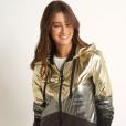 A jaqueta de brilho prateado e dourado da Le Lis Blanc custa R$ 1.590